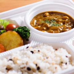 チキンと5種の豆のスパイスカレー  温野菜とともに 880円(税別)